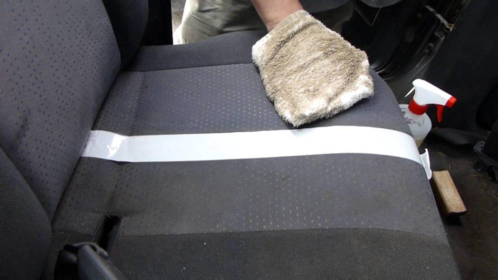 nettoyer un siège de voiture